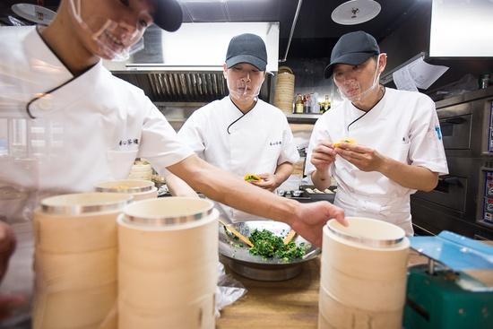 超過30道素食港式點心現點現做,點心價格為78元至128元,圖右為北京第六屆中國烹飪世界大賽,麵點個人組金牌獎陳皇州副主廚